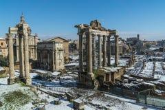 Fori Imperiale durante la nieve Roma imagen de archivo