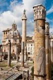 Fori Imperiali - trajana de Colonna do fundo do detalhe da coluna e Ch imagens de stock