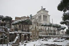 Fori Imperiali und altare della patria unter Schnee Stockfoto