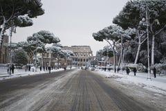 Fori Imperiali y Colosseum bajo nieve Foto de archivo