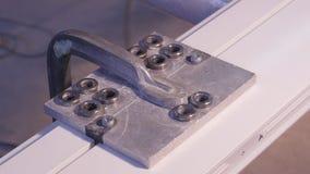 Fori la perforazione nell'alluminio e nel metallo facendo uso del trapano elettrico Primo piano di perforazione del metallo o del Fotografie Stock Libere da Diritti