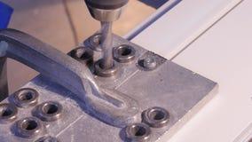 Fori la perforazione nell'alluminio e nel metallo facendo uso del trapano elettrico Primo piano di perforazione del metallo o del Immagine Stock