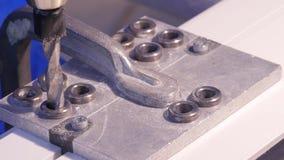 Fori la perforazione nell'alluminio e nel metallo facendo uso del trapano elettrico Primo piano di perforazione del metallo o del Fotografia Stock Libera da Diritti