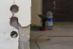 Fori per gli incavi elettrici sulla parete durante i lavori di ristrutturazione Immagini Stock