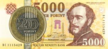 forintmynt för 200 ungrare mot forintanmärkning för 5000 ungrare fotografering för bildbyråer
