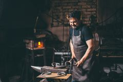 Forja, trabalho do ` s do ferreiro, metal quente Imagem de Stock