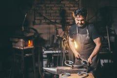 Forja, trabalho do ` s do ferreiro, metal quente Foto de Stock