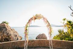 Forjado casandose el arco Casandose en el mar en la puesta del sol, Montenegro, P Fotografía de archivo libre de regalías