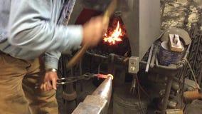 Forjador negro que forma el metal