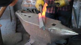 Forjamento quente do ferro no batente Ferreiro feito a mão vídeos de arquivo