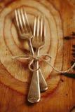 Fork dos atada por la cadena en la madera vieja Foto de archivo