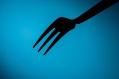 Fork& x27; s i blå bakgrund royaltyfria foton