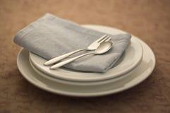 Fork y cuchillo y pila de la placa Fotos de archivo