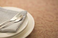 Fork y cuchillo y pila de la placa Foto de archivo libre de regalías
