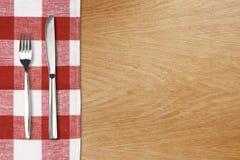 Fork y tableknife en mantel rojo de la guinga Fotos de archivo libres de regalías