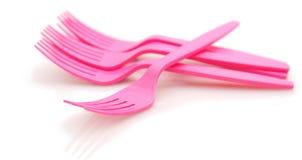 Forkes plásticas rosadas en el fondo blanco Imagen de archivo libre de regalías