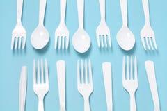 Forkes y cuchillos plásticos Imagen de archivo libre de regalías