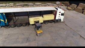 Forklift φορτώνει το φορτηγό στο φορτηγό, που φορτώνει το φορτηγό με το φορτίο απόθεμα βίντεο