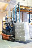 forklift αποθήκη εμπορευμάτων φ&omi Στοκ φωτογραφία με δικαίωμα ελεύθερης χρήσης