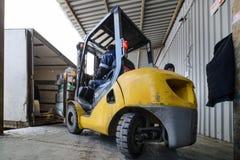 Forklift βάζει το φορτίο στο φορτηγό υπαίθρια Στοκ Φωτογραφία