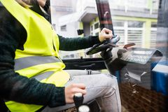 Forklift γυναικών οδηγός φορτηγού σε μια βιομηχανική περιοχή Στοκ εικόνες με δικαίωμα ελεύθερης χρήσης