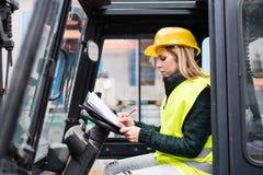 Forklift γυναικών οδηγός φορτηγού σε μια βιομηχανική περιοχή Στοκ φωτογραφίες με δικαίωμα ελεύθερης χρήσης