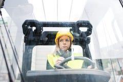 Forklift γυναικών οδηγός φορτηγού σε μια βιομηχανική περιοχή Στοκ φωτογραφία με δικαίωμα ελεύθερης χρήσης