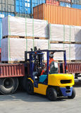 Forklift είναι φορτωμένο φορτίο στοκ εικόνες