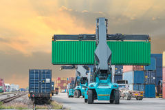 Forklift διαχειριζόμενη φόρτωση κιβωτίων εμπορευματοκιβωτίων στο φορτηγό τρένο στοκ εικόνα