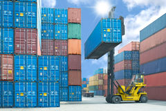 Forklift διαχειριζόμενη φόρτωση κιβωτίων εμπορευματοκιβωτίων στο φορτηγό στο expor εισαγωγών Στοκ φωτογραφίες με δικαίωμα ελεύθερης χρήσης