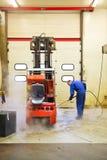 Forklift καθαρισμός Στοκ φωτογραφία με δικαίωμα ελεύθερης χρήσης