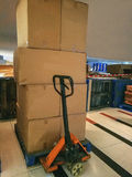 Forklift και πολλά συσκευασία του κιβωτίου Στοκ φωτογραφία με δικαίωμα ελεύθερης χρήσης