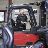 Forklift μηχανικός με τον πίνακα συνδετήρων Στοκ Εικόνα