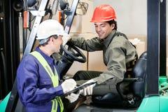 Forklift οδηγός που επικοινωνεί με τον επόπτη Στοκ Φωτογραφίες