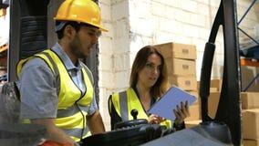 Forklift οδηγός που μιλά με τη διαχείριση απόθεμα βίντεο