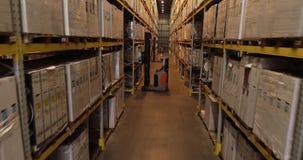 Forklift σε μια μεγάλη σύγχρονη αποθήκη εμπορευμάτων, εργασία των forklifts σε μια αποθήκη εμπορευμάτων, ροή της δουλειάς σε μια  φιλμ μικρού μήκους