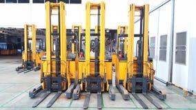 Forklift στην αποθήκη εμπορευμάτων φόρτωσης στοκ φωτογραφία