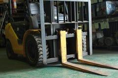 Forklift στο σπίτι εμπορευμάτων Στοκ φωτογραφίες με δικαίωμα ελεύθερης χρήσης