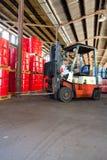 Forklift φορτηγό σε μια αποθήκη εμπορευμάτων στοκ εικόνα με δικαίωμα ελεύθερης χρήσης