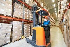 Forklift φορτωτής στην αποθήκη εμπορευμάτων Στοκ φωτογραφία με δικαίωμα ελεύθερης χρήσης