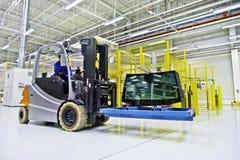 Forklift φορτωτής στη μεγάλη σύγχρονη αποθήκη εμπορευμάτων Στοκ εικόνα με δικαίωμα ελεύθερης χρήσης