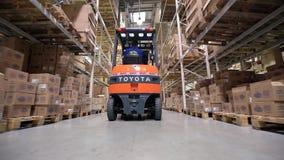 Forklift ciężarówek ruch Między Wielkimi metal półkami zdjęcie wideo