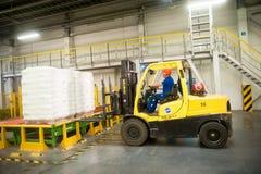 Forklift ciężarówka ładuje barłogi z skończonymi towarami Zdjęcie Royalty Free