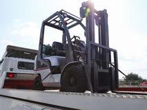 forklift ciężarówka odtransportowywająca ciężarówką zdjęcie stock