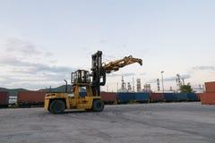 Forklift czeka obchodzący się zbiornika pudełko przy dworcem blisko Zdjęcie Stock