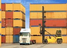 Forklift e caminhão com contentores Fotografia de Stock