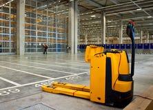 forklift elektryczny storehouse zdjęcie stock