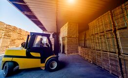 Free Forklift Loader Load Lumber Into A Dry Kiln. Wood Drying In Containers. Stock Photos - 172183333