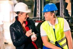 Forklift nadzorca przy magazynem i kierowca Obraz Royalty Free