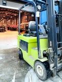 Forklift no grande armazém fotos de stock